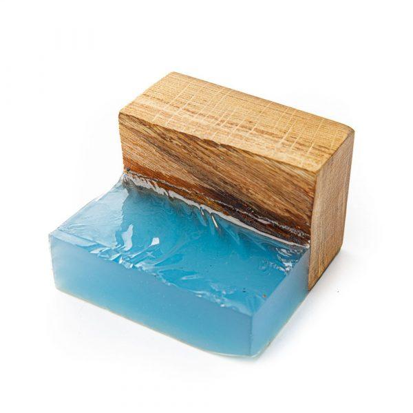 Epoksīda sveķi ar zilu tinti uz koka